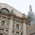Maurizio-Cattelan-Middle-Finger-at-the-Milano-Stock-Exchange-01